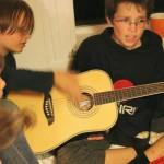 dva, hrající na jednu kytary